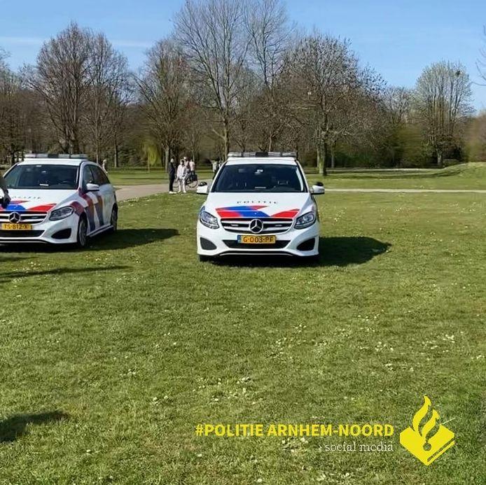 De politie trad dinsdagmiddag op in Park Presikhaaf omdat mensen daar onvoldoende afstand tot elkaar in acht namen.