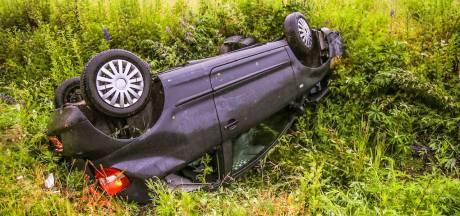 Auto belandt in sloot in Helmond: twee inzittenden mee naar politiebureau