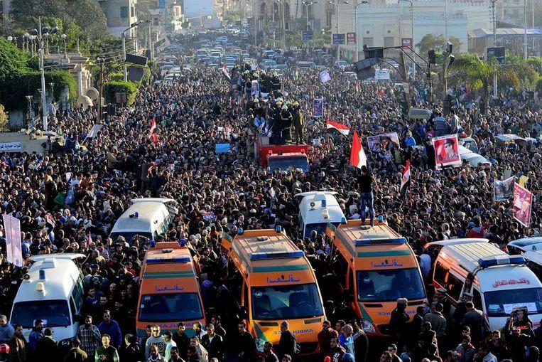 Duizenden wonen dinsdag de begrafenis bij van de 13 mensen die omkwamen bij een explosie op een politiepost in de stad Mansoura. Beeld ap