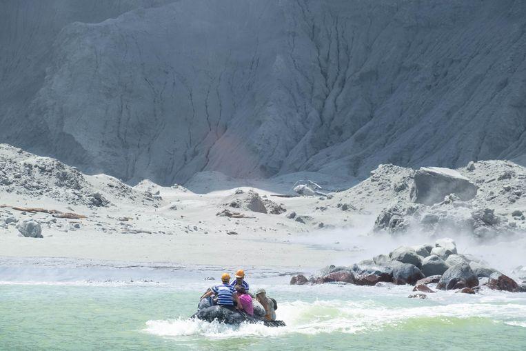 Met een bootje worden na de uitbarsting gewonden van White Island gehaald door een touroperator.