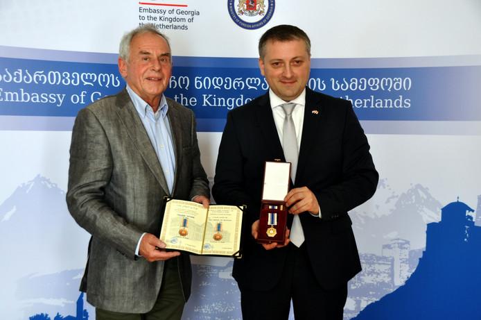 Links John de Bruijn en rechts de Georgische ambassadeur, Z.E. George Shavashidze.
