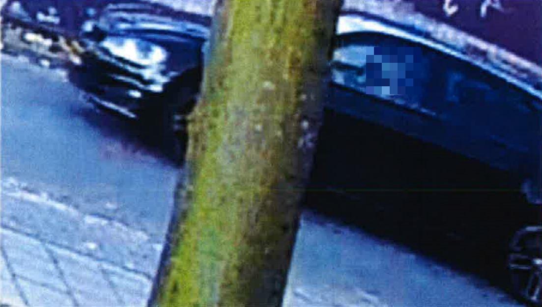 Vlak na de moorden wordt de auto van de drie verdachten vastgelegd door een camera.