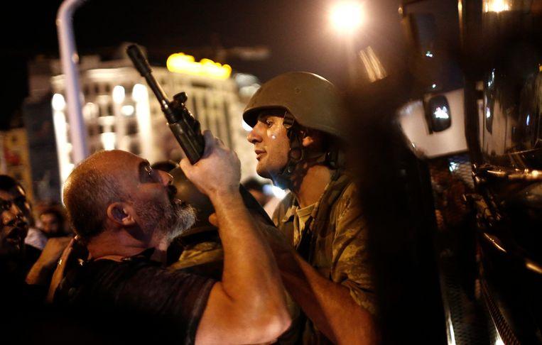 Archiefbeeld: Politieagenten arresteren de militairen die verantwoordelijk zouden zijn voor de mislukte staatsgreep in juli 2016.