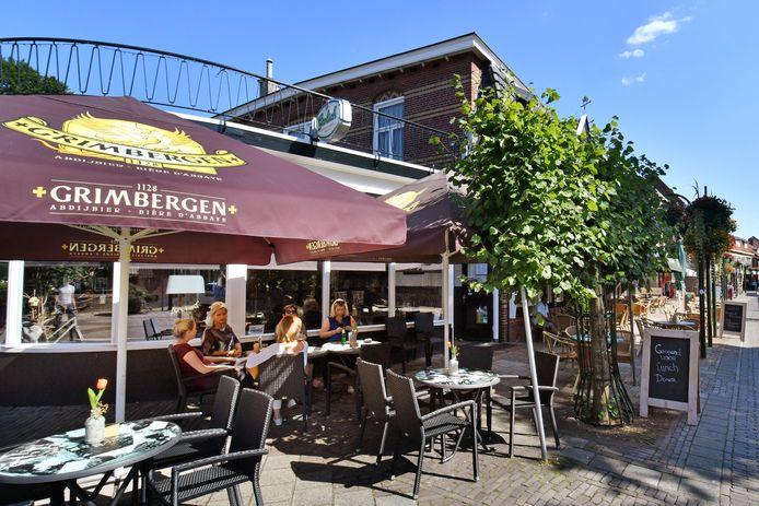 Terras van grand-café Smit aan de Brinkstraat dat groter mag worden.