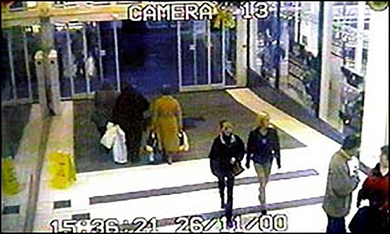 De laatste beelden van Leanne, in een shoppingcenter in Leeds.