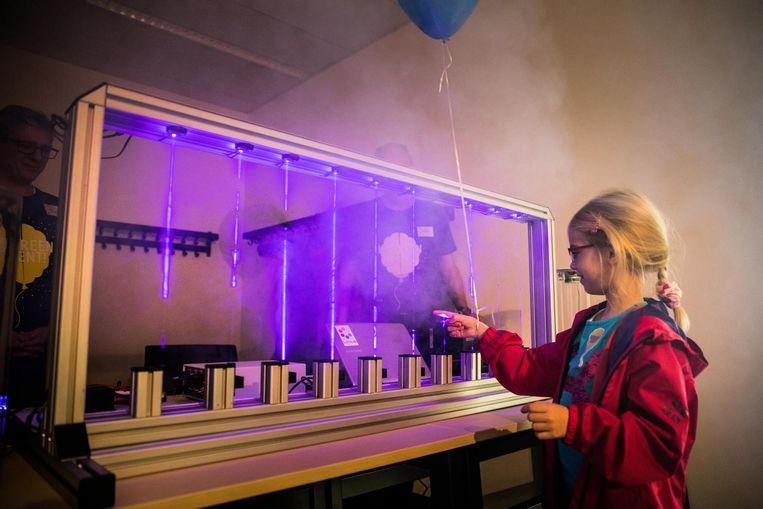 De zevenjarige Farah De Smet leeft zich uit op een laserharp aan de Ledeganck.