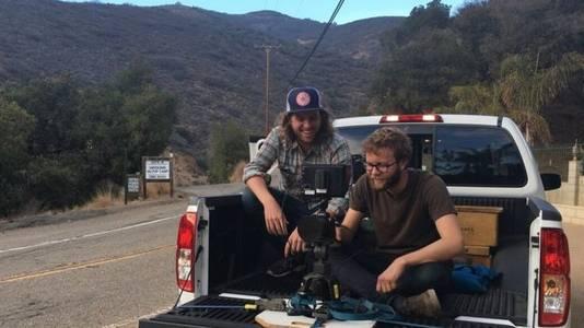 De jonge filmmaker met een vriend tijdens het filmen van de Honda Accord.