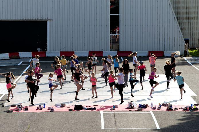 Dansschool Step by Step heeft de lessen voor de in totaal 800 klanten allemaal naar buiten verplaatst.
