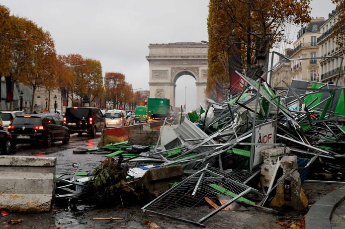 De Champs-Elysees de ochtend na de grootschalige vernielingen.