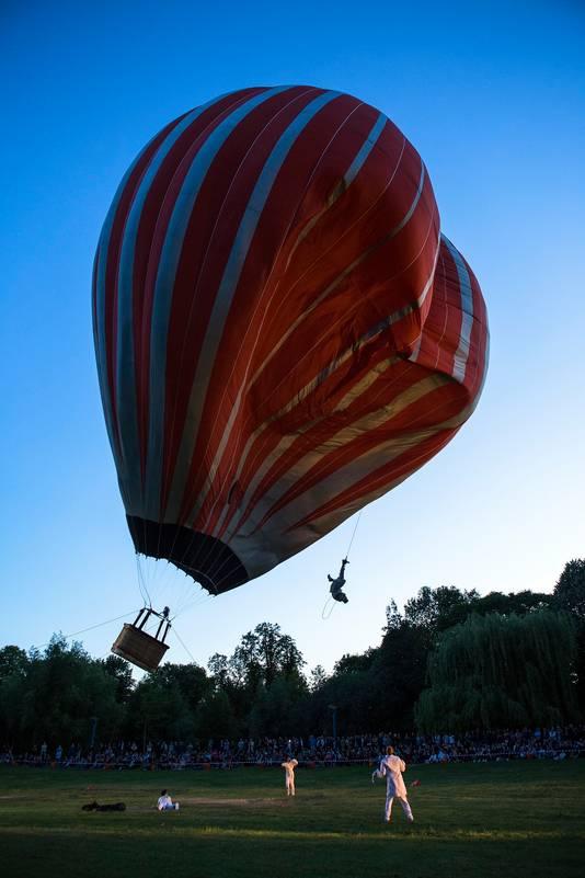 Cirque Inextremiste staat in het Worpplantsoen met een heteluchtballon die 65 meter hoog komt.