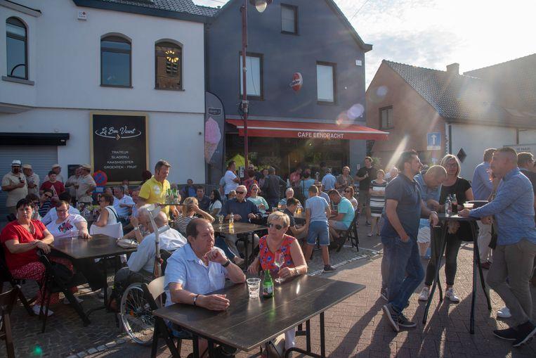 Het Dorpsplein liep aardig vol voor de 11 juli viering in Serskamp.
