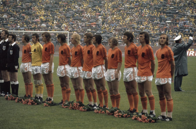 Nederlands elftal De WK-finale van 1974 tegen West-Duitsland, met de legendarische voetballers Johan Cruijff (14)en Willem van Hanegem (3).