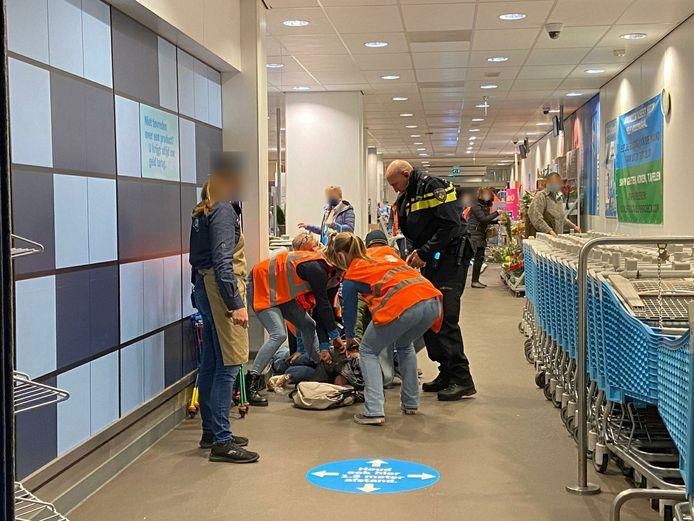 Een winkeldief in de Albert Heijn in Velp is door personeel en omstanders overmeesterd. Uiteindelijk werd hij door de politie meegenomen naar het politiebureau.