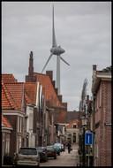 Het stadsgezicht in Medemblik is verstoord door de hoge windmolen die hoog boven het dorp uitsteekt.