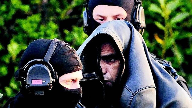 De Franse politie heeft gisteren tijdens acties in verschillende Franse steden negentien vermeende islamitische extremisten gearresteerd. Bij de huiszoekingen werden diverse wapens aangetroffen, waaronder automatische kalasjnikovgeweren. De actie is onderdeel van de hardere aanpak van radicale moslims die de Franse president Sarkozy aankondigde, nadat de extremist Mohamed Merah deze maanden zeven mensen doodschoot. Beeld AFP