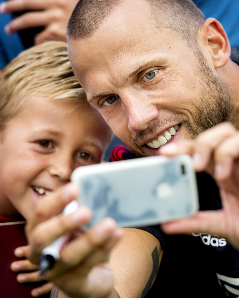 Fan neemt selfie met Johnny Heitinga op de training van Ajax Beeld anp