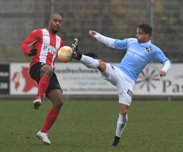 Vlissingen-verdediger Milton Roemeratoe in duel met een speler van Gemert.