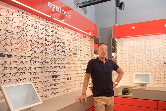 Richard Timmers van Miries Cadeauwinkel stop ermee na 25 jaar en gaat verder met een Eyelove brillenwinkel.