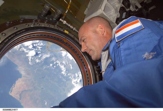 ESA-astronaut André Kuipers geniet van het uitzicht op aarde. Met zijn lange verblijf in het  internationale ruimtestation ISS  weet hij als geen ander wat het is om met beperkingen te leven in een kleine ruimte die wordt gedeeld met anderen.