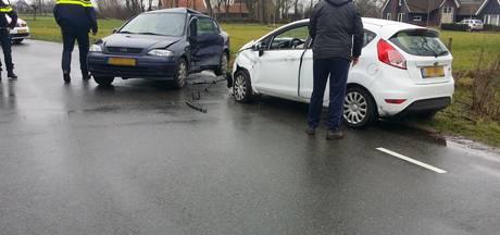 Twee bestuurders naar ziekenhuis na botsing op Zuiderkade in Ede