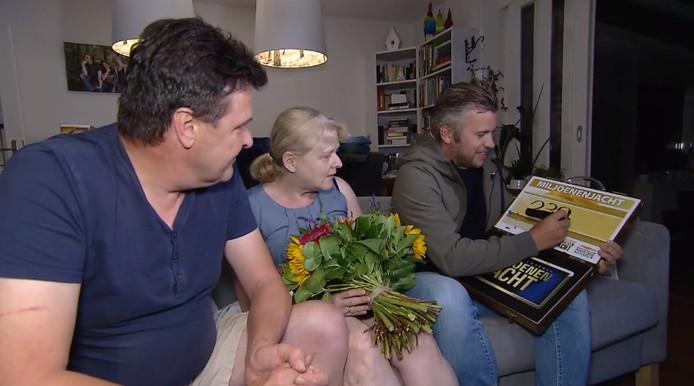 Dick en Beatrix uit Uden krijgen te horen hoeveel ze hebben gewonnen in de Postcodeloterij.