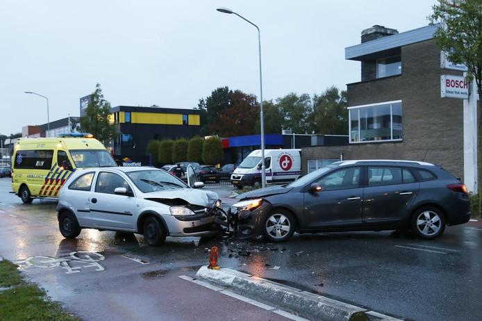 De twee auto's botsten frontaal op elkaar.