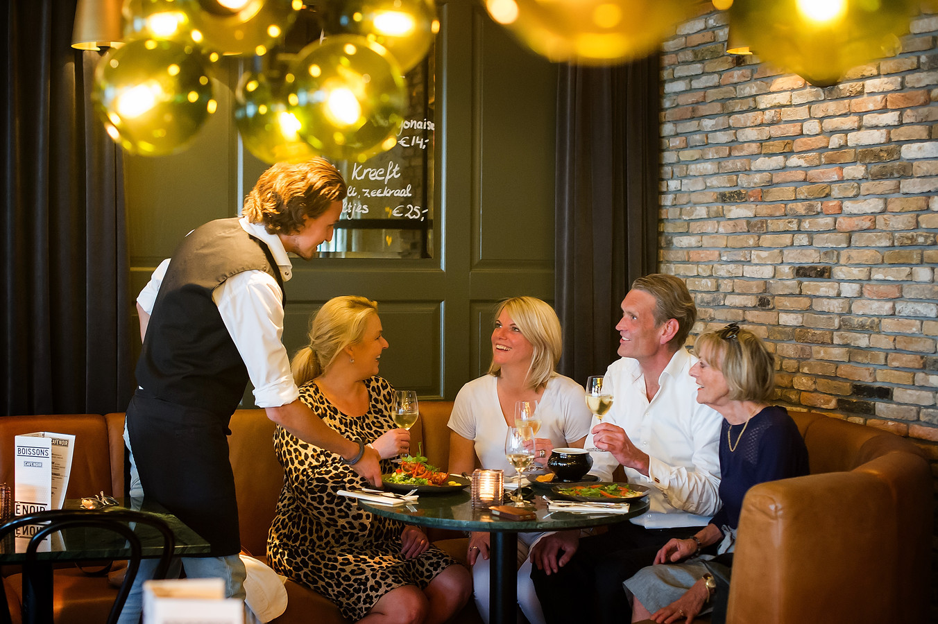 (Vlnr): Nicole Migchielsen, Marie Antoinette Schoone, Vincent Verschuren en Marieke Mateijsen in Café Noir Breda. Foto: Else Loof/Pix4Profs.