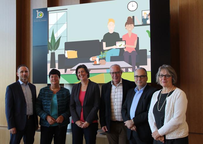 Van links naar rechts: Marco Sacharias (projectleider Digitalisering GR de Bevelanden), en de Bevelandse wethouders Anja Slenter, Annebeth Evertz, Dirk Verburg, André van der Reest en Marga van de Plasse.