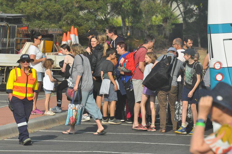 Geëvacueerden van het marineschip MV Sycamore komen aan in het opvangcentrum Sommerville bij Melbourne. Beeld Getty Images