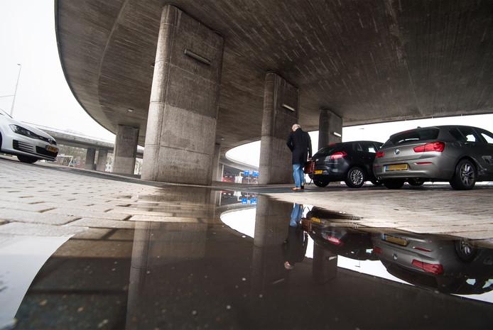De 'Blauwe Golven' van Peter Struycken onder de Nelson Mandelabrug in Arnhem zijn nu in gebruik als parkeerplaats.