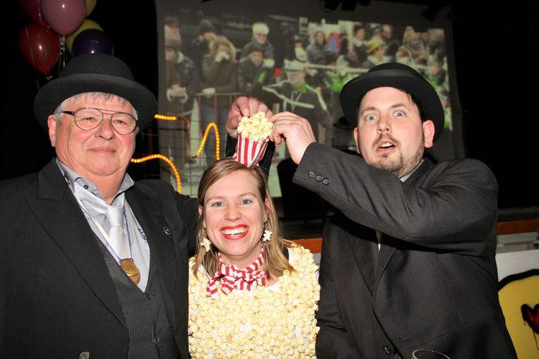 Ook bij secretaris Tom Gryspeert en Marc Deschout van de Orde van de Bolhoed zat de sfeer er duidelijk in, op de foto snoepen ze van een popcornmeisje