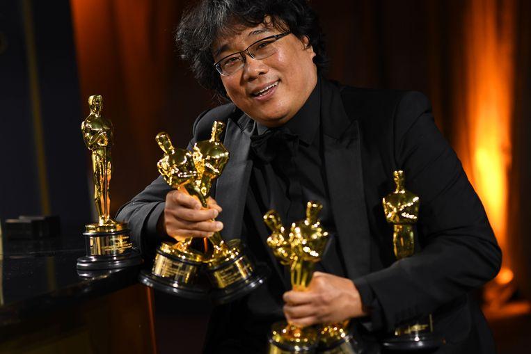 Bong Joon-ho met handen vol Oscars voor Parasite.  Beeld AFP