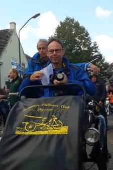 Peloton aan brommers vertrekt uit Diessen met Tony van Gijsel op kop