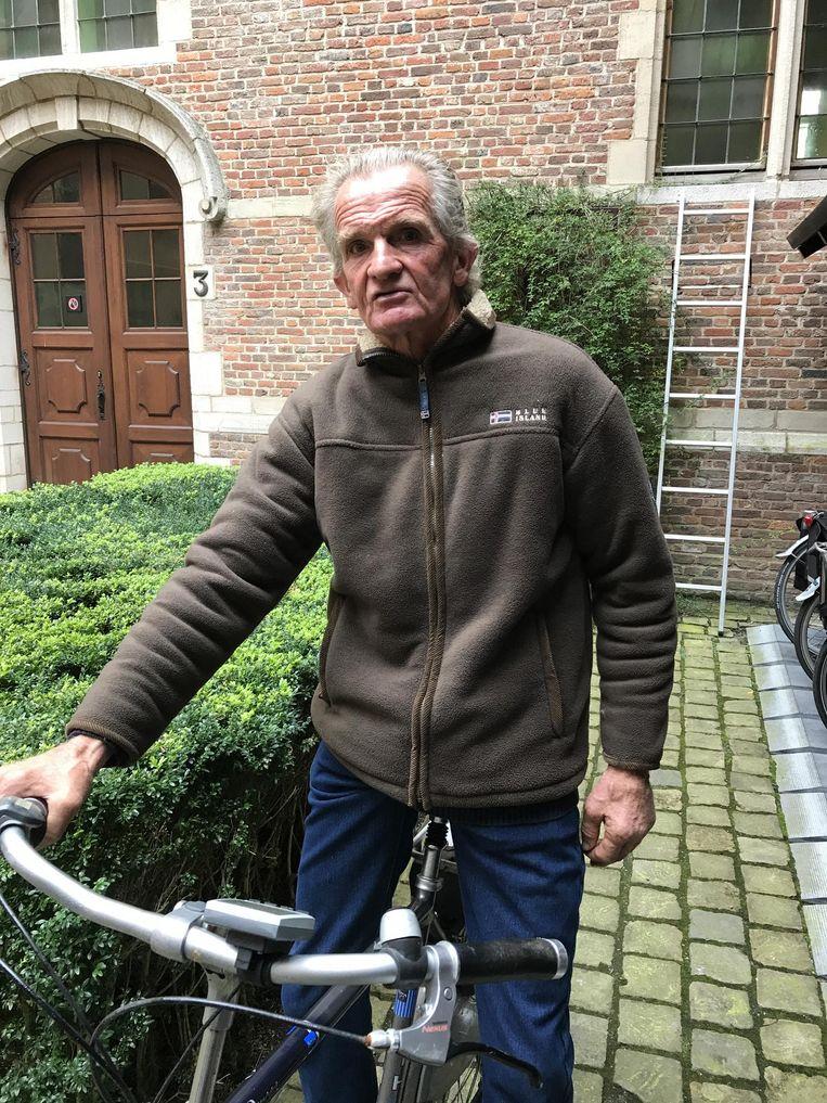 Paul Bruurs met de fiets aan het gerechtsgebouw.