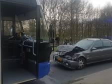 Auto rijdt frontaal op bus in Mook