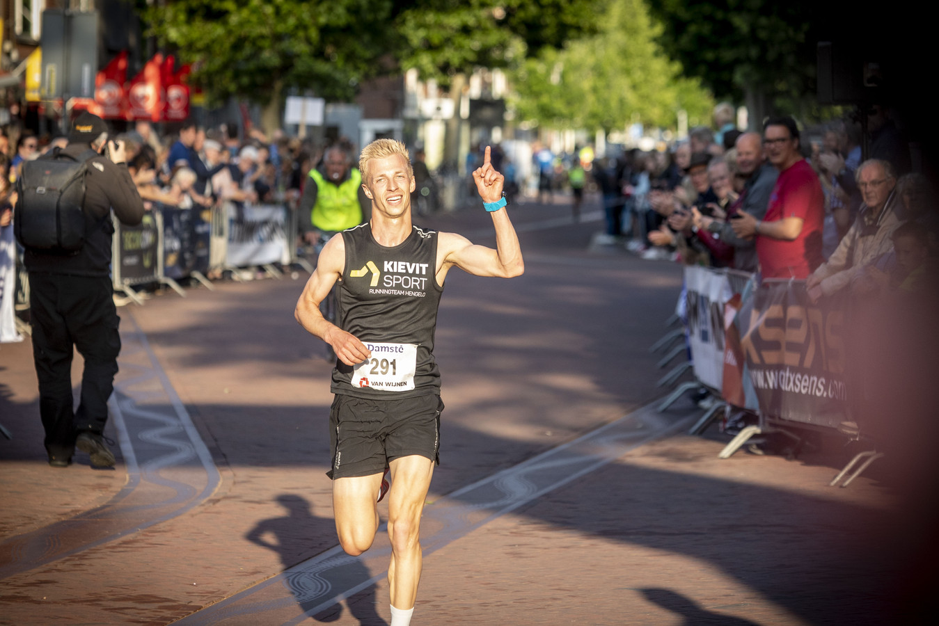 Niels te Pas komt als eerste over de streep in de FBK Dubbele Mijl van Hengelo.