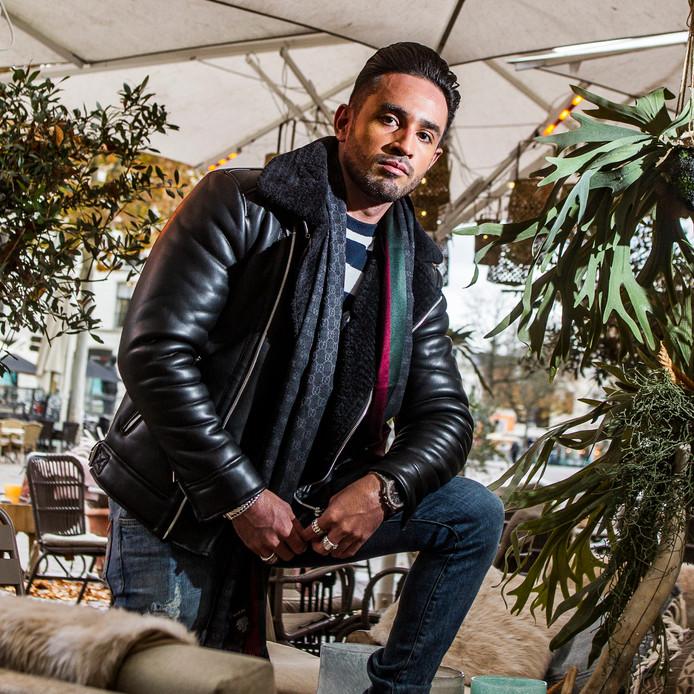 DJ Onderkoffer, hier nog op het terras van café-restaurant St. Tropez. ,,Ik wil wat ik nu heb, maar dan keer vijf. Je moet altijd ontevreden zijn, het moet beter. Ik wil dat meer mensen mijn muziek horen. Dat is als DJ het mooiste wat er is.''