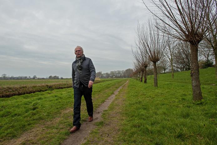 Ed van Uijen van de stichting van Gol naar Beter, bij de Heidijk aan de rand van de Baardwijkse Overlaat tussen Drunen en Waalwijk. De vraag waar in dat gebied het best een randweg kan komen, houdt de gemoederen bezig.