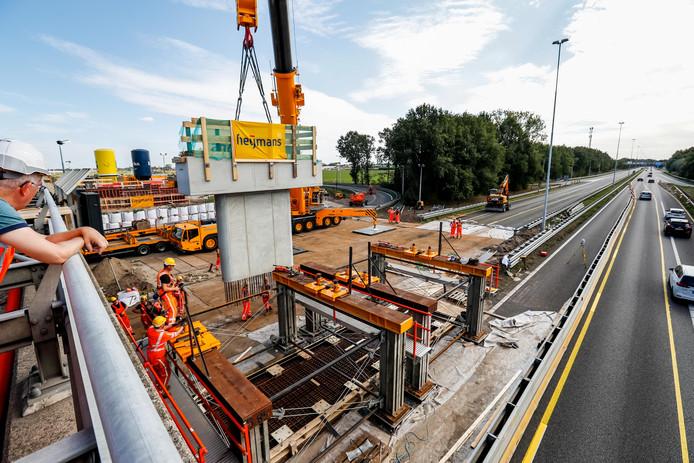 OOSTERHOUT - De A27 bij Oosterhout wordt op maandag 21 en dinsdag 22 oktober 's avonds afgesloten, omdat de liggers voor het nieuwe viaduct worden geplaatst. Eind september werden de middenpijlers voor het nieuwe viaduct over de A27 bij Oosterhout op de juiste plek gehesen.