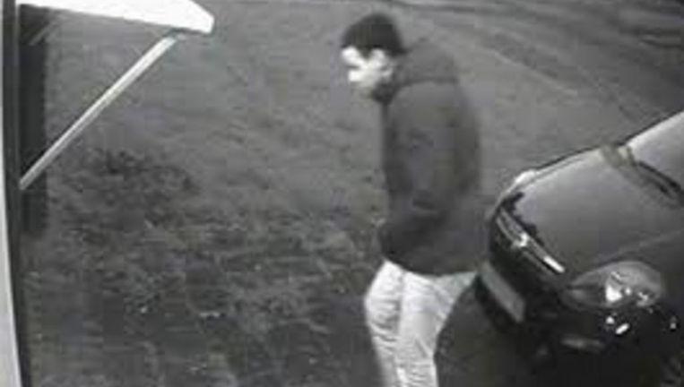 'Verdachte 5' op beeld van een bewakingscamera bij de garagebox in Maurik. Beeld RV/Politie