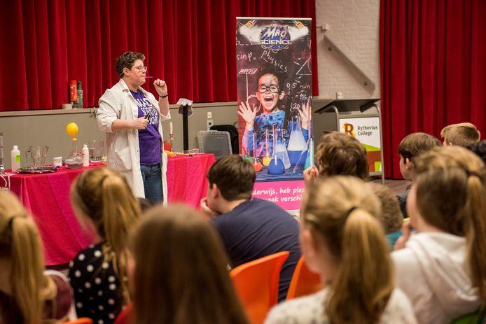 Een optreden van Mad Science op het Rythovius College was het startsein voor de introductie van het wetenschapsoriëntatie-onderwijs op deze school.