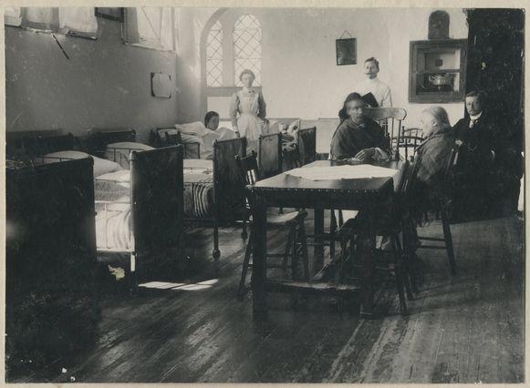 De vrouwenzaal van een 'krankzinnigengesticht' in Den Haag, rond het jaar 1910.