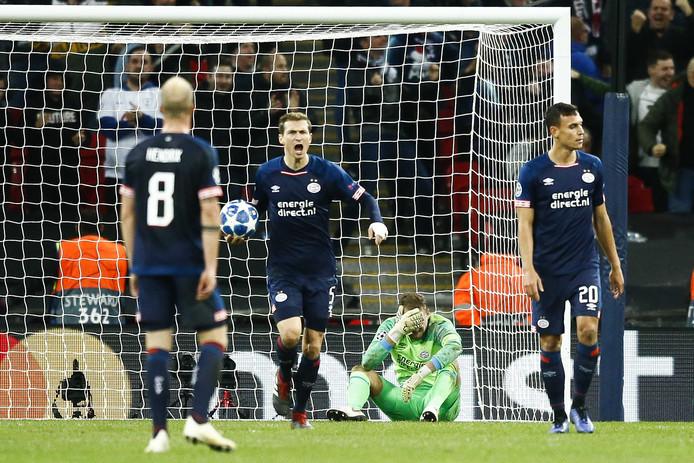 Balende PSV'ers na de 2-1 van Tottenham Hotspur, vlak voor tijd.
