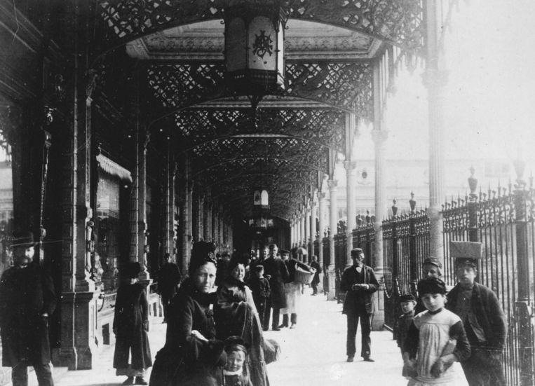 Het Paleis voor Volksvlijt was een trekpleister voor het winkelend publiek, dat tegen weer en wind beschut kon worden onder de sierlijke ijzers bogen in Weense stijl. Beeld anp