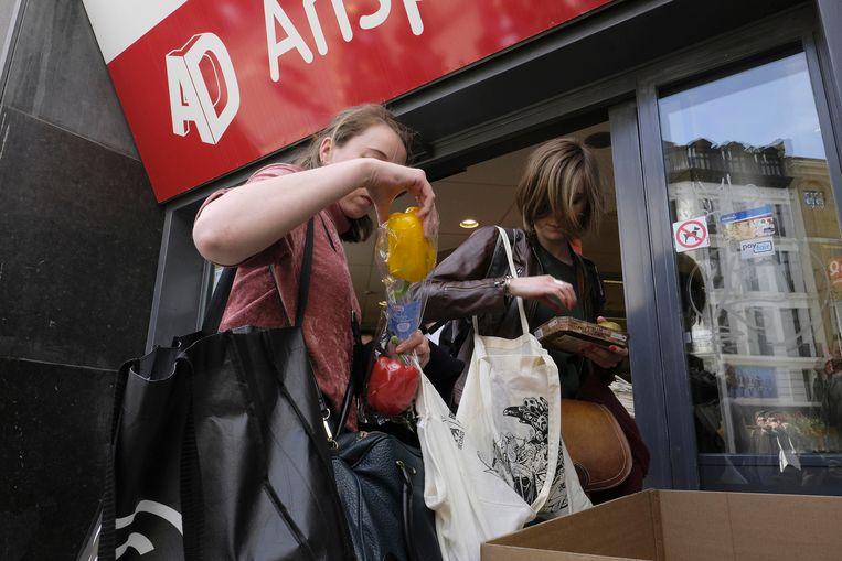 Klanten lieten begin april de plastic verpakkingen van hun producten achter in kartonnen dozen in de winkel.