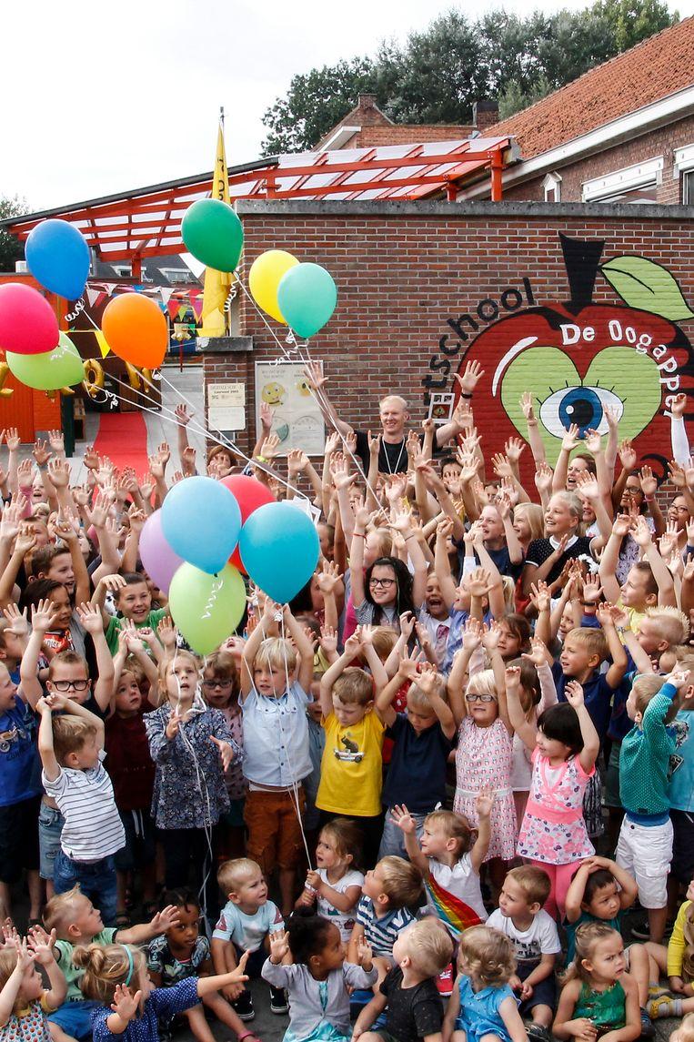 De leerlingen van de Oogappel laten de ballonnen vliegen.