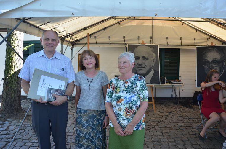 Het echtpaar kreeg de herdenkingsprijs overhandigd uit handen van van Wilderodes nicht Hildegard Coupé