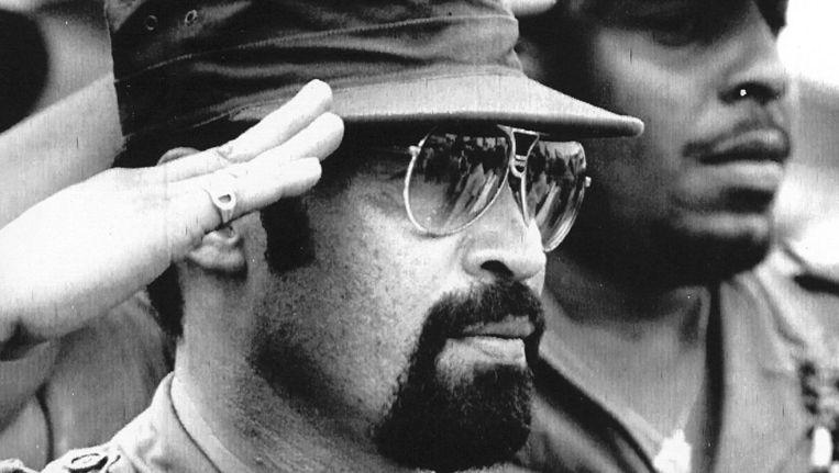 Drie jaar na de Decembermoorden, in 1985, is Bouterse bij de viering van de staatsgreep van 1980. Bouterse zei in 1982 dat de 15 slachtoffers zijn militaire regime omver probeerden te werpen. De executies werden voltrokken door lijfwachten van Bouterse en leden van de Groep van 16, de sergeanten die in 1980 de macht in Suriname grepen. Beeld EPA