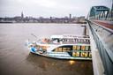 De schade aan het passagiersschip na de botsing op de Waal bij Nijmegen vannacht.