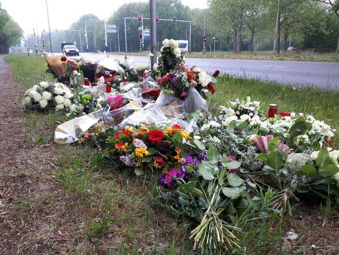 Bloemen langs de Julianasingel in Oss op de plek waar Rik van de Rakt om het leven kwam.